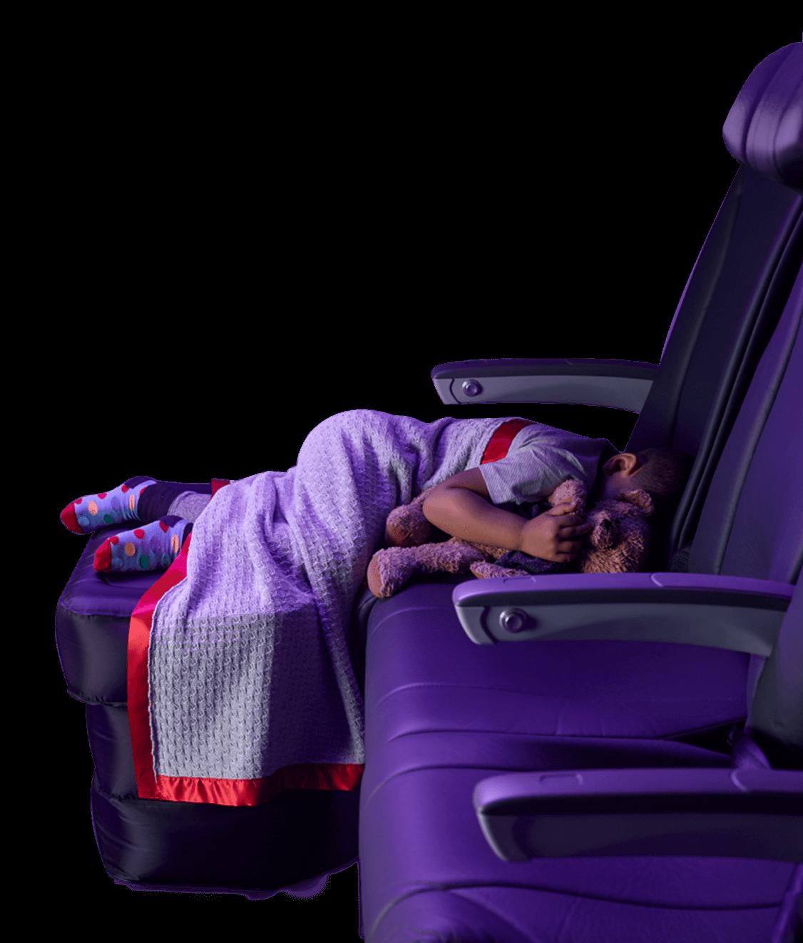 ヴァージン・オーストラリアの簡易ベッドを使って機内の座席で眠る子供